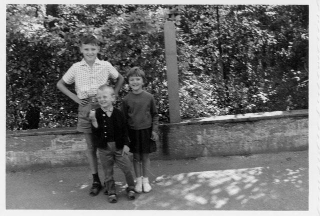 """Mit meinem Bruder und Joachim. Hinter uns der Garten vom """"Urwald Jonny"""""""