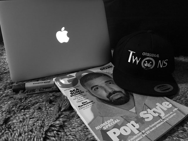 Blog, Original Twiins, Guy Houangné, Drake, My Bloguy, Bloggeur, Bloggeuse, Snapback, Apple, Macbook, Célébrités, Lifestyle, Pop, Style, GQ, Magazine, France, Instagram, Twitter, Facebook, Mode, Fashion, Streetwear, Urban, Urbain, Chic, Unisexe, Vêtements
