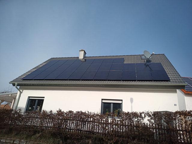 Montierte SunPower Module mit Antireflexionsbeschichtung auf einem Einfamilienhaus © iKratos