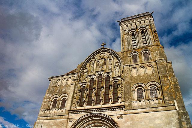 Bild: Fassade der Basilika Sainte-Marie-Madeleine in Vézelay