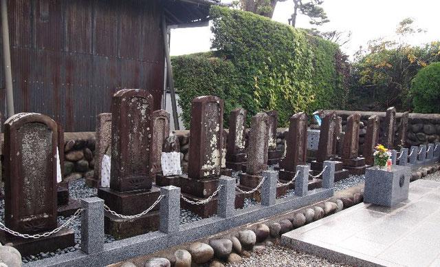 笠松町、専養寺の境内にある木曽川円城寺川並奉行、野々垣源兵衛一族の墓
