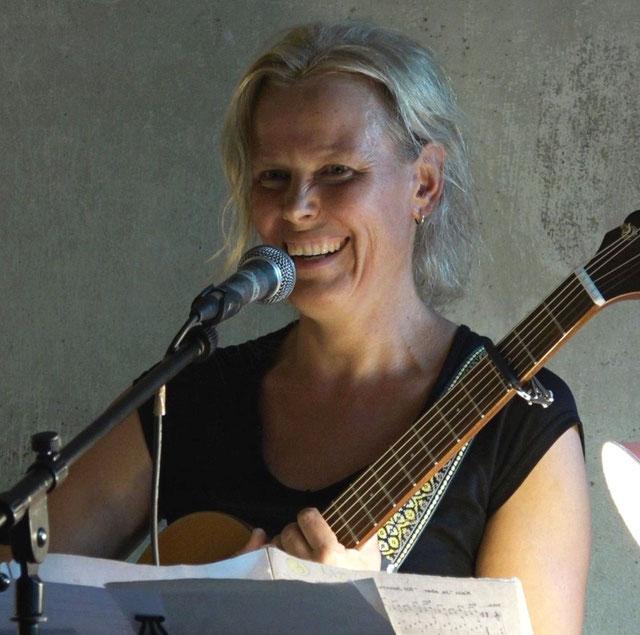 Foto von Franzis Binder mit Gitarre