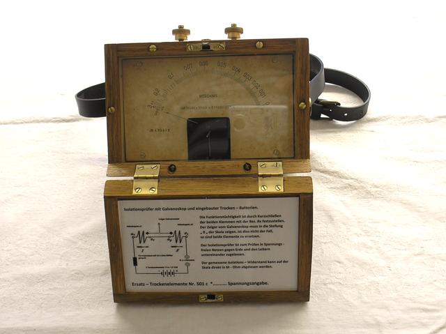 Isolationsmesser mit Galvanoskop und eingebauten Trockenelemente, gefertigt 1913
