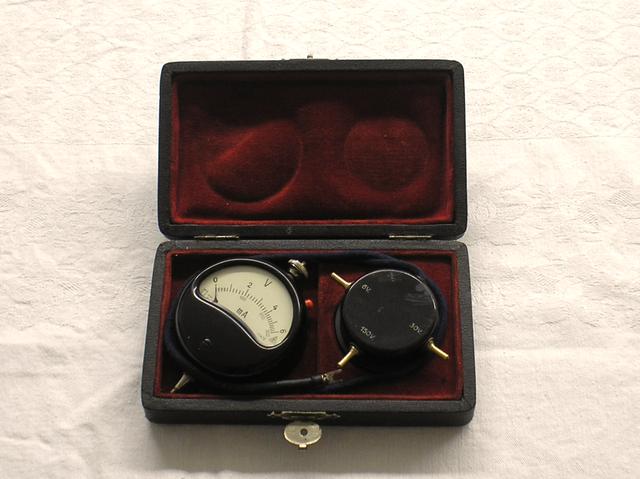Taschen Voltmeter mit Nebenschluß und Vorschaltdose , gefertigt nach 1945