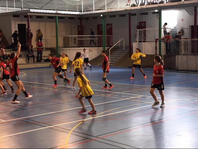 Le goal jaune avec les joueuses rouges, le goal rouge....