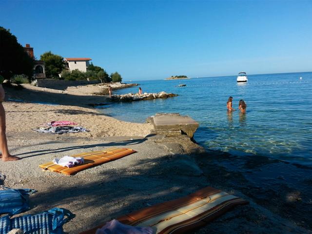 На пляже в районе – заливе  Uvala Lozica