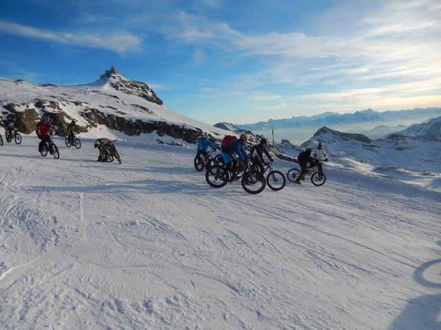 partire per primi al vantaggio di non mettere le ruote sul solco creato da altri biker.....