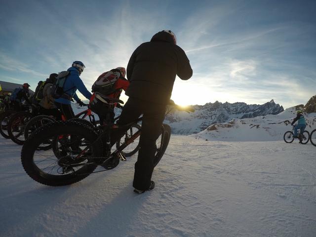 siamo oramai al tramonto, accendiamo i faretti e ci godiamo un'insolita discesa di ben 10 km completamente su neve