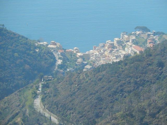 gli sporadici scorci panoramici sono davvero suggestivi, anche se pochi rispetto alle aspettative.....gran parte del percorso è immerso nel parco naturale e la macchia mediterranea copre sovente il panorama