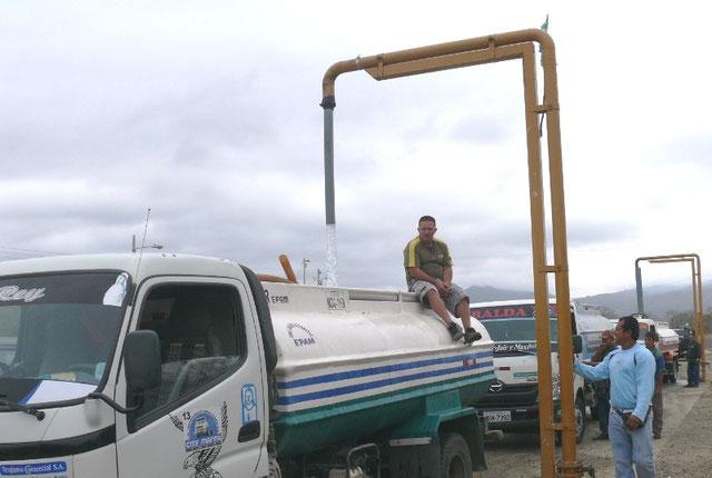 Camiones cisterna toman agua potable de los surtidores en El Duende, vía a Rocafuerte. Manta, Ecuador.