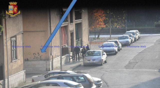 I Numeri sul muro indicano il costo della droga: 0,3 grammi a 20 euro