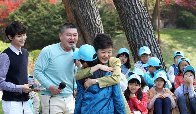 La-presidenta Park Geun-hye -al centro- abraza a un chico durane un encuentro realizado con niños que fueron invitados a Cheong Wa Dae para festejar el Día del Niño, el 5 de mayo (foto: Jeon Han)