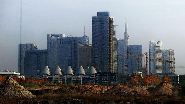 "Frankfurt am Main - Skyline Tower 185 - Blick aus dem Gallus ""Europagarten"""
