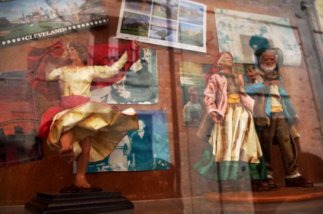 links: Figur einer Tarantella-Tänzerin