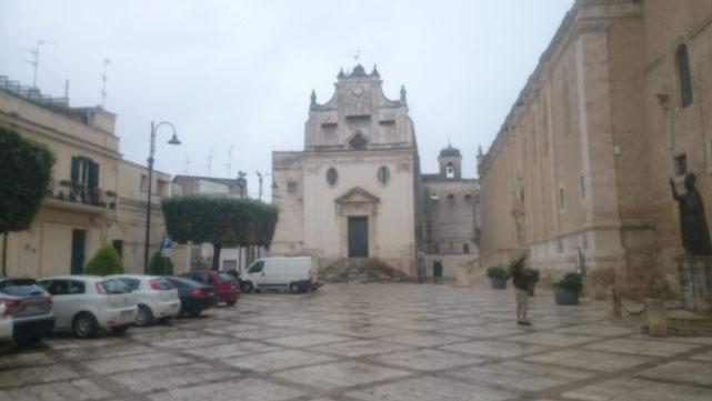 Piazza Papa Benedetto XIII mit der Kathedrale Santa Maria Assunta