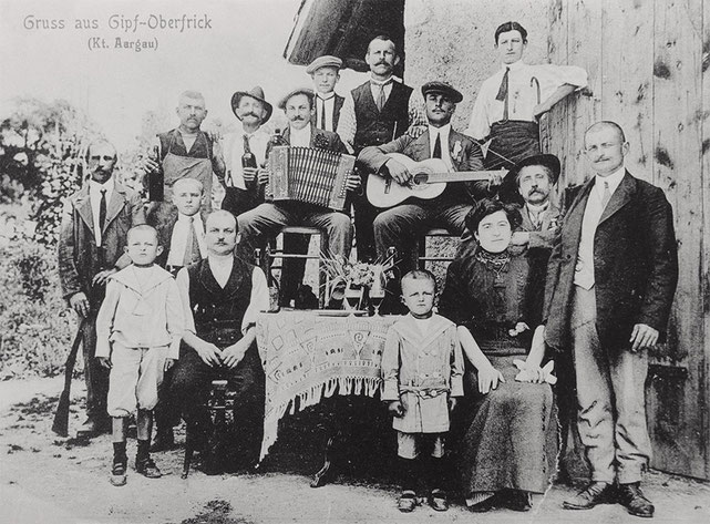 Im Bild rechts aussen: Gründer des Bauunternehmens Jakob Pellegrini mit Ehefrau Emilia (rechts aussen sitzend). Stehendes Kind neben Emilia Pellegrini ist Giacomo Pellegrini, geb. 1909. Knabe links aussen stehend Carletto Pellegrini (geb. 1906).