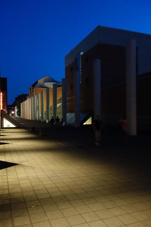 Straße der Menschenrechte bei Nacht, Nürnberg