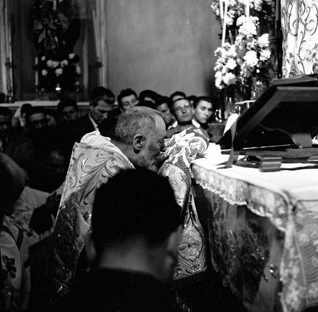 Padre Pio celebra la Messa di Pasqua del 1957