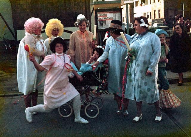 """So haben sich einige Damen der Gruppe  """"Pappmule"""" auf ihre Taufe vorbereitet (1975)"""