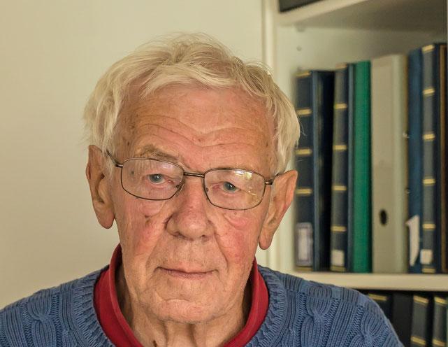 Fritz Weber in seinem Archiv