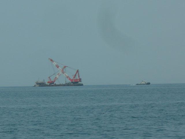網野行きの台船。港のテトラポット6月上旬搬出します。
