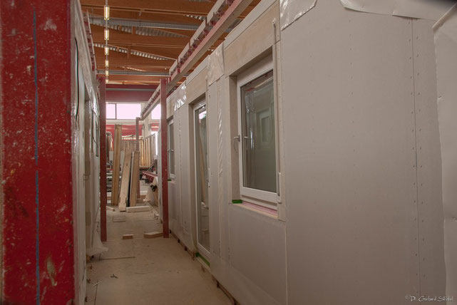 Fertig vormontierte und vorverputzte Hauswand mit Fenstern