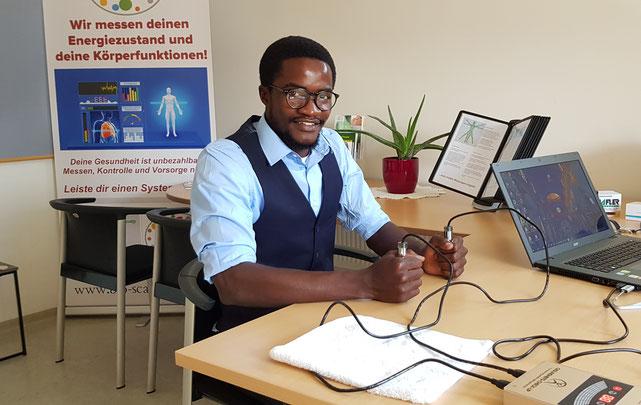 Elias N. studiert in Klagenfurt bzw. St. Veit Bewässerungssysteme und Brunnenbau, Gesundheitscheck