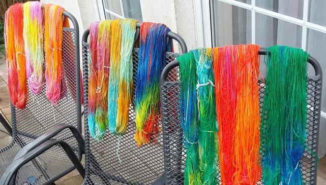 Sockenwolle trocknet nach dem Färben