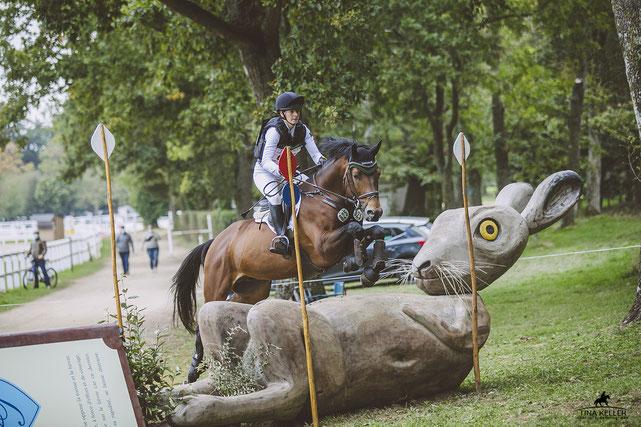 Sophie Leube & Isselhook´s First Sight TSF mit einer Fliegenmütze von Handmade by EE bei der Weltmeisterschaft der jungen Vielseitikeitspferde in Frankreich 2020!    Bild: Sportpferdefotografie Tina Keller