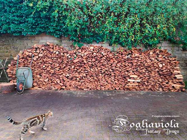 pila di legna pronta per essere bruciata nel camino d'inverno