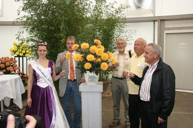 """Dahlientaufe der Sorte """"Koblenzer Sommer"""". (v.l.n.r.) Bad Köstritzer Dahlienkönigin 2011/12 Anja I., Rainer Berger, Manfred Kleinau, Heinz Panzer, Werner Koch"""