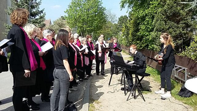 Ständchen vor Netti's Speisekammer in Storkow zum fünfjährigen Bestehen am 01. Mai 2019. Sie singt selbst schon viele Jahre im Chor