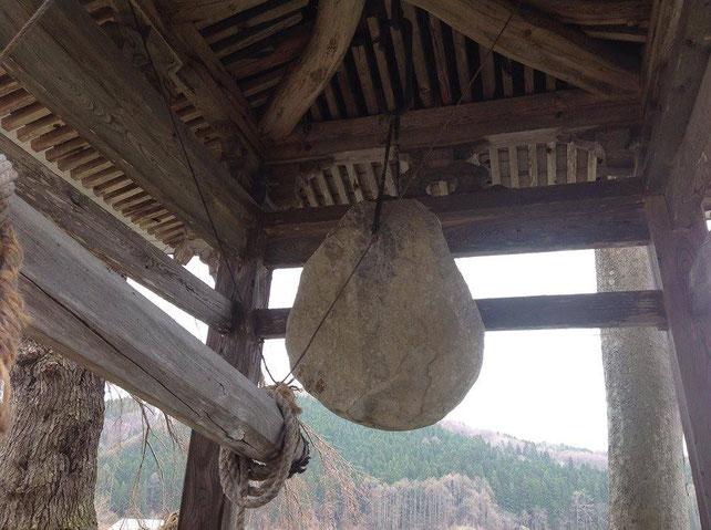 称名寺の石の鐘(長野県信濃町)