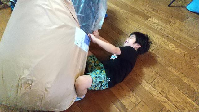 荷物を開ける子供の写真