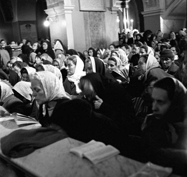 Devote di Padre Pio assistono alla sua Messa nella chiesa antica della Madonna delle Grazie