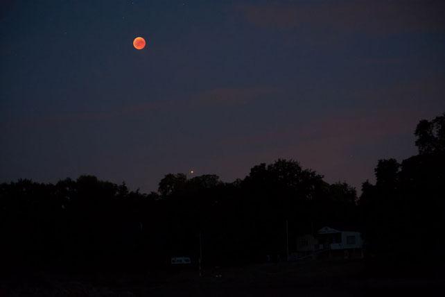 Mond und Mars über dem Bootshaus