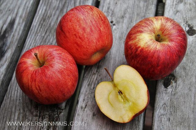 Rote Äpfel auf Brettern