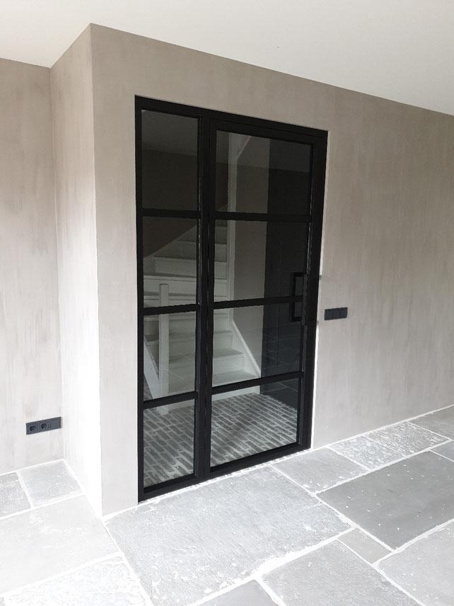 Steel look deur. Betaalbaar alternatief in vergelijking met stalen deuren. Uitgevoerd in massief yellow popler