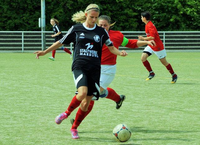 Sicherte einen Punkt für das Grundteam: Mannschaftskapitänin Larissa Henß (am Ball)