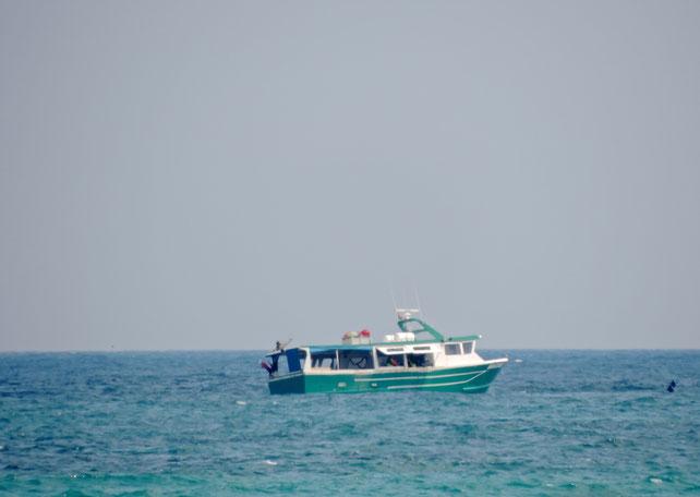 Una barca de pesca selectiva en plena faena frente al litoral de les Bovetes, en Dénia
