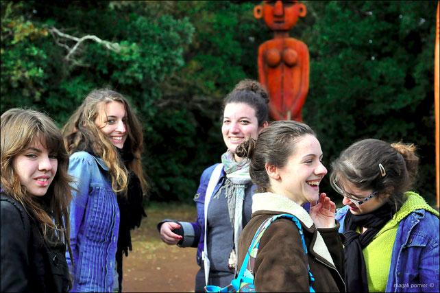 Devant un Chemamull, statue de bois sacrée des Mapuche