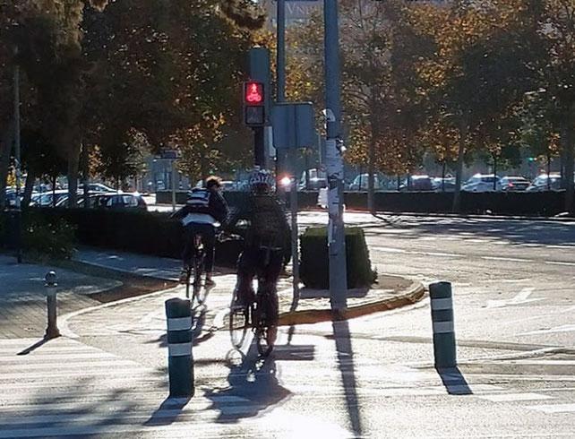 Los semáforos rojos en la ciudad de Valencia no existen para los ciclistas, no hay ni uno solo que los respete.