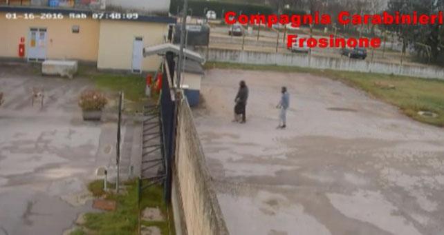 I due rapinatori entrano pochi secondi dopo che era rientrato il basista il quale aveva lasciato aperto il cancello