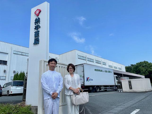布井社長(左)と山下代表 熊本菓房本社工場