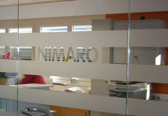 Glasdekorfolie in Ätzglasoptik. Sichtschutz geplottet für Innen- und Außenanwendungen