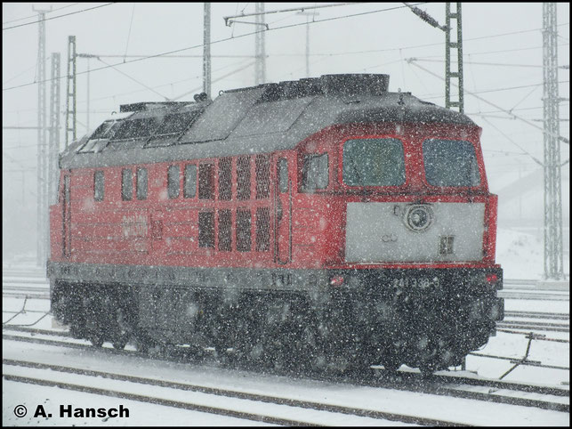 Am 19. Februar 2013 kämpft sich 241 338-3 durch das dichte Schneetreiben von Chemnitz, hier bei der Ausfahrt aus dem Hauptbahnhof