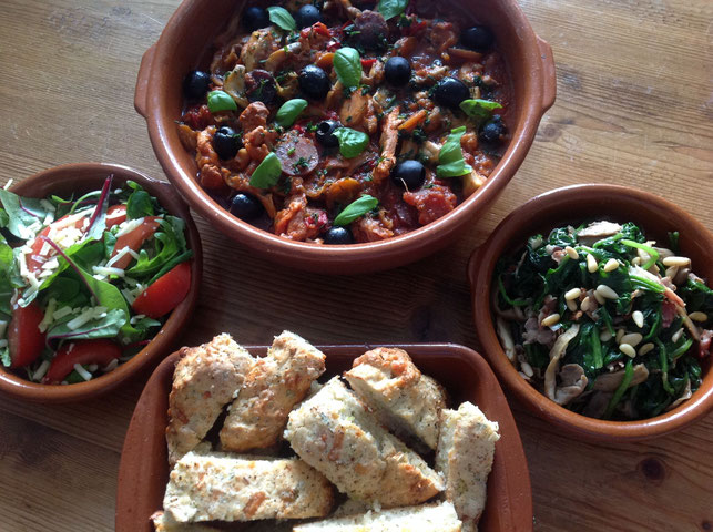 Kip cacciatore, kaas/uien bierbrood, salade en geroerbakte spinazie met bacon, ui, knoflook en pijnboompitten.