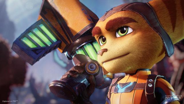 Protagonist Ratchet aus Ratchet & Clank: Rift Apart von Insomniac Games posiert mit einer Waffe