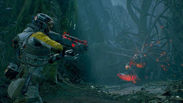 Protagonistin Selene kämpft im Playstation 5 Spiel Returnal von Housemarque gegen ein Alien-Monster