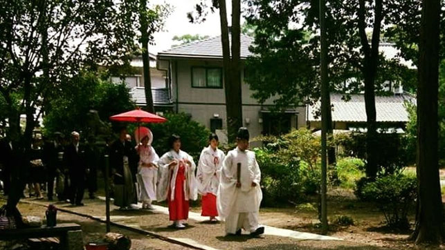 総社宮の鳥居から武部宮司を先頭に新郎新婦とそのご親戚の行列